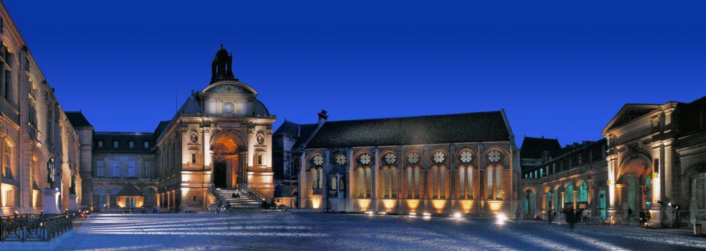 Panoramique de la cour d'honneur du Cnam, l'entree du musee, et a sa droite la bibliotheque centrale